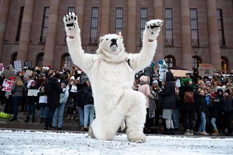 Jääkarhupukuinen hahmo huudatti ilmastolakossa olevia koululaisia eduskuntatalolla viime tammikuussa.