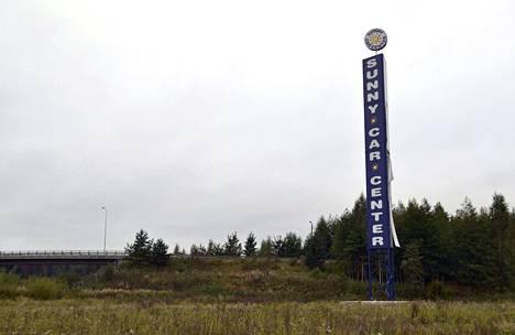 Sunny Car Centerin mainospylväs on Kolmostien varrella Hämeenlinnassa paikalla, johon kauppias suunnittelee suurta autoliikkeiden keskittymää.