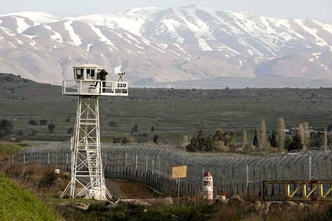 YK:n rauhanturvaaja tähysti kiikareilla vartiotornista Quneitran lähes hylätyssä kaupungissa perjantaina. Kaupunki sijaitsee Golanin kukkuloilla Lounais-Syyriassa.