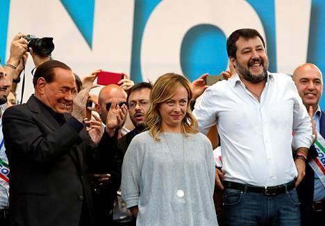 Forza Italian johtaja Silvio Berlusconi (vas.), Italian veljien johtaja Giorgia Meloni ja Legan johtaja Matteo Salvini kampanjoivat hallitusta vastaan lokakuussa Roomassa.