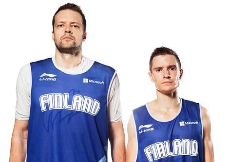 Hanno Möttölä (vas.) on pelannut vuosia Euroopan huipputasolla. Antero Lehto on koripallomaajoukkueen pienikokoisin pelimies.