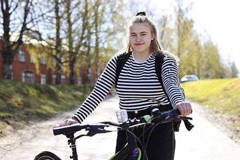 Jyväskylästä urheilulukioon Kuopion muuttanut Annastiina Karvinen, 18, toivoo, että rokotusten edetessä ja tautitilanteen parantuessa hän uskaltautuisi paremmin myös vanhaan kotikaupunkiinsa. Karvinen tosin uskoo, että omaa rokotusvuoroaan hän saa odottaa vielä kauan.