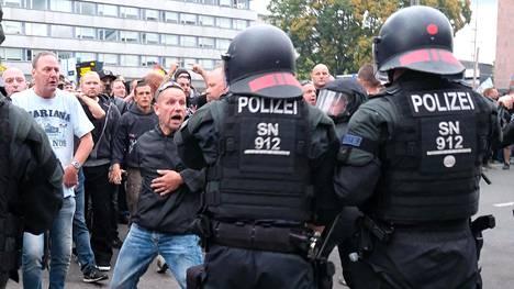 Mielenosoittaja uhitteli mellakkapoliiseille Chemnitzissä maanantaina.
