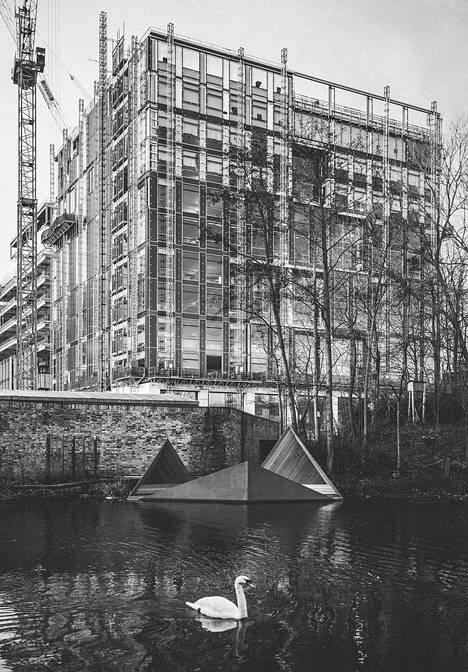 Kelluva paviljonki Thamesilla oli Suomen Lontoon-instituutin vuonna 2012 tilaama teos. Se on terästä, sisältä puuta.  Paviljonki on tarkoitettu luonnon tarkkailuun.