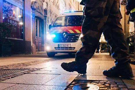Pelastustyöntekijät liikkuivat Strasbourgin keskustassa tiistaina ampumistapauksen jälkeen.