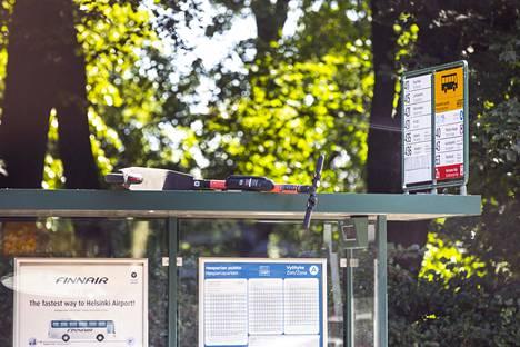 Sähköpotkulauta bussipysäkin katolla Hesperian puistossa Helsingissä heinäkuussa 2019.