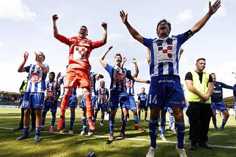 HJK:n kapteeni Sebastian Dahlström (oik.) ja maalivahti Maksim Rudakov riemuitsivat voitosta ottelun jälkeen HJK-kannattajien edessä.