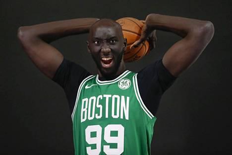 Tacko Fall poseerasi ennen NBA-kautta mediatilaisuudessa.