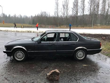 Hylätty auto on jäänyt kesäisin käytössä olevalle parkkipaikalle, jonka ohi kulkee hiihtolatu.