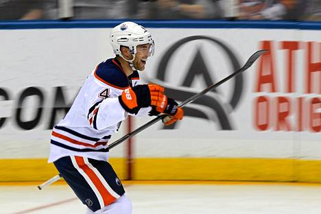 Edmontonin Taylor Hall riemuitsi toisesta maalistaan.