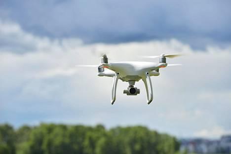 Mitä painavampi drone on, sitä kauemmas se halutaan yleisöjoukoista ja taajamista.