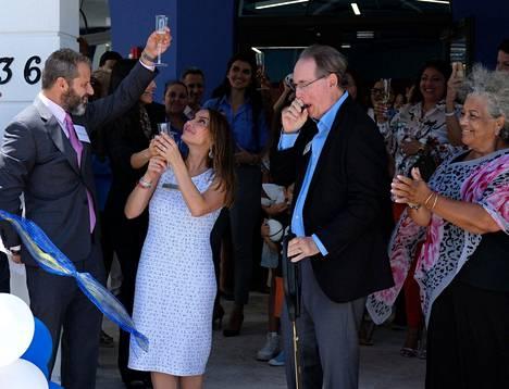 David Centner, vasemmalla, leikkasi vaimonsa Leila Centnerin kanssa nauhan koulunsa avajaisissa elokuussa 2019.
