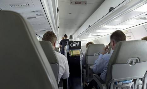 Tarjoiluvaunu lennolla Oslosta Helsinkiin vuonna 2015.