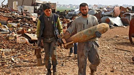 Syyrialaiset keräsivät metalliromua Idlibin alueella keskiviikona.