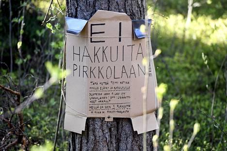 Puuhun kiinnitetty mielenosoituskyltti Pirkkolan uimahallin kulmalla maanantaina 18. toukokuuta.