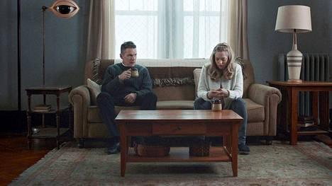 Mary (Amanda Seyfried) kutsuu pastori Tollerin (Ethan Hawke) kotiinsa puhumaan ahdistuneelle aviomiehelleen.