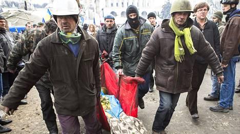 Maidanin mielenosoittajat kantoivat surmansa saanutta toveriaan Kiovassa.