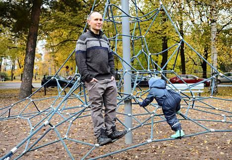 """Vanhemman tehtävä on tutustua aina uudelleen siihen, kuka lapsi on ja mitä hän tarvitsee"""", Janne Kurki sanoo."""