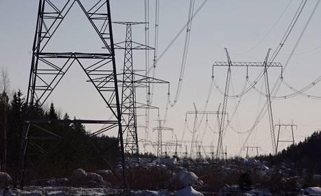 Voimalinjaa Loviisan ydinvoimalan lähellä.
