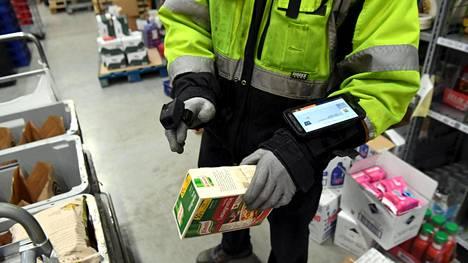 Uudellamaalla toimivan verkkoruokakauppa Kauppahalli24:n toimipisteessä Vantaalla pakattiin asiakkaan tilaamia tuotteita 24. maaliskuuta.