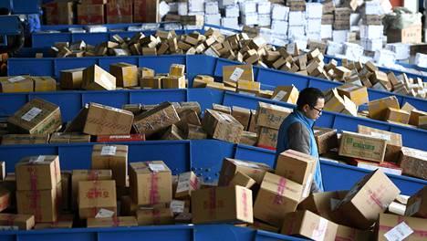 Netistä tilattuja paketteja pikakuljetusyhtiön logistiikkakeskuksessa Yinchuanissa viime joulukuussa.