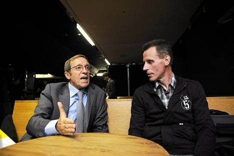 Kansainvälinen dopingtutkija Sandro Donati (vas.) ja ex-hiihtovalmentaja Kari-Pekka Kyrö keskustelivat Sinivalkoinen valhe -elokuvaan liittyvän dopingpaneelin yhteydessä torstaina.