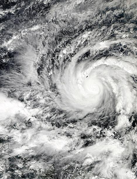Nasan satelliitin keskiviikkona ottamassa kuvassa näkyy läntisellä Tyynellämerellä liikkuva hirmumyrsky Hagupit, joka uhkaa Filippiinejä.  Asukkaat on jo määrätty siirtymään suojaan rannikkoalueelta, jonne taifuunin arvioidaan iskevän.