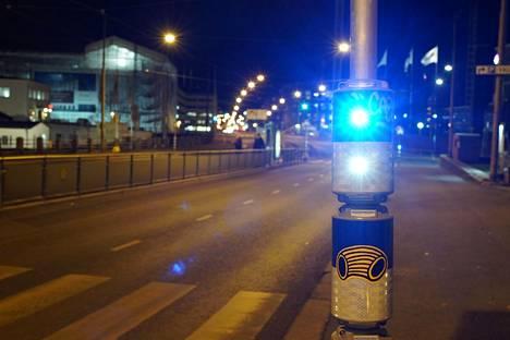 Suojatietä käyttävistä jalankulkijoista varoittavia valoja on käytössä myös Helsingissä. Kuvan vilkkuvalo on Sturenkadulla Vallilassa.