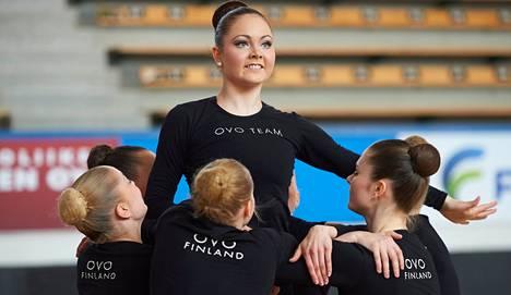 Jenna Alavahtola on Olarin Voimistelijoiden OVO Teamin varakapteeni. Joukkue tavoittelee joukkuevoimistelun MM-kultaa.