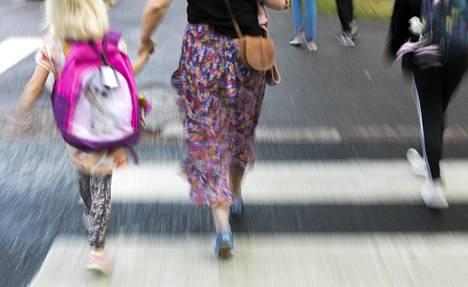 Toiset koulunaloittajat tarvitsevat aikuista saattajaa vielä pitkään koulun alettua. Onko sinun lapsesi koulumatka turvallinen?