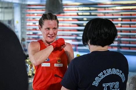 Mira Potkonen kuvattuna SM-kisojen finaalissa Rovaniemellä marraskuussa. Oikealla valmentaja Maarit Teuronen.