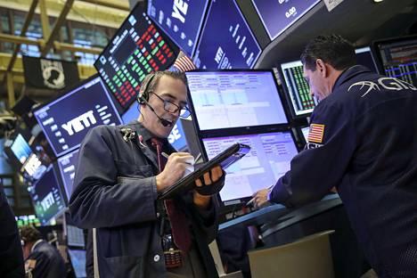Pörssimeklareita New Yorkin pörssissä torstaina, jolloin Dow Jonesin osakeindeksi oli hetkellisesti nousussa.