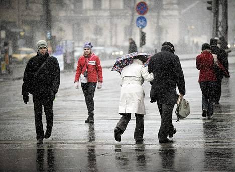 Kevät tyssäsi räntäsateeseen Helsingissä huhtikuussa 2013.