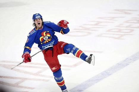 Jokereiden Philip Larsen juhlii jatkoaikamaaliaan jääkiekon KHL-liigan ottelussa Jokerit–Neftehimik Nizhnekamsk Helsingissä 8. joulukuuta 2015.
