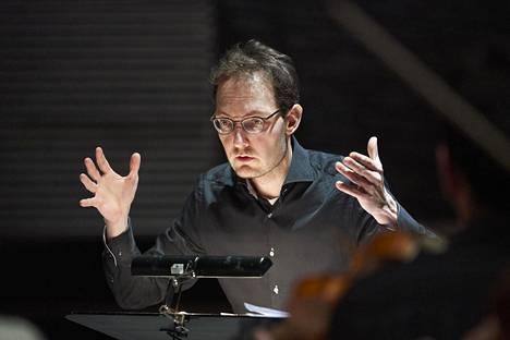 Barokkimusiikin spesialisti Aapo Häkkinen sai levyjensä yhteisarvostelussa äskettäin neljä ja viisi tähteä.