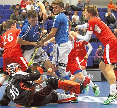 Eemeli Salin (19) ja Nico Salo (3) joutuivat Tšekin maalin edessä puristuksiin Hämeenlinnassa lokakuussa pelatussa maaottelussa.