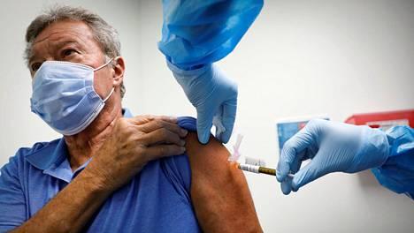 Vapaaehtoinen sai pistoksen tutkimuslaitoksessa Floridassa osana rokotetutkimusta.