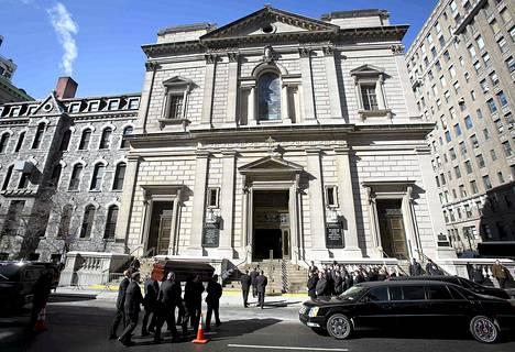 Näyttelijä Philip Seymour Hoffmanin arkkua kannettiin St. Ignatius-kirkkoon Manhattanilla perjantaina.