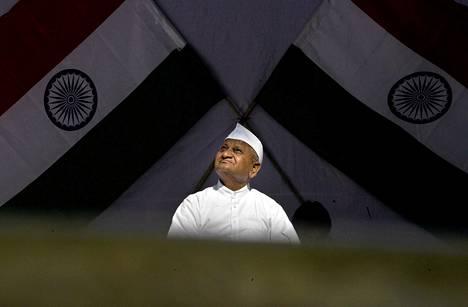 Intialainen kansalaisaktivisti Anna Hazare piti sunnuntaina symbolisen nälkälakon korruptionvastaisen lain voimaan saamiseksi.