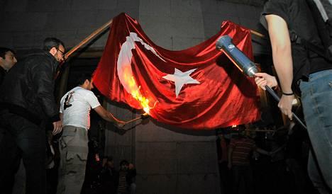 Turkin lippu sytytettiin palamaan Armenian kansanmurhan vuosipäivänä Jerevanissa.