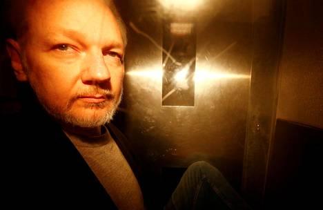 Vuotosivusto Wikileaksin perustaja Julian Assange saapui lontoolaiselle oikeustalolle keskiviikkona.