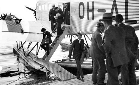 Tukholmasta saapuneet matkustajat nousivat Aero Oy:n koneesta Katajanokalla kesällä 1932.