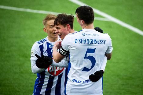 Seitsämäntoistavuotias Casper Terho tekee ensimmäisen liigamaalinsa ja vie HKJK:n loppulukemiin 4 - 2. Atomu Tanaka vas. ja Daniel O'Shaughnessy onnittelevat.