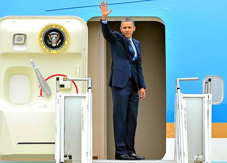 Barack Obama vilkutti lähtiessään Etelä-Koreasta lauantaina.