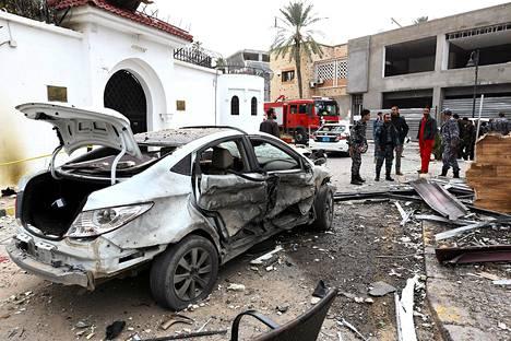 Libyalaiset poliisit seisoivat pommilla tuhotun Algerian suurlähetystön edustalla maan pääkaupungissa Tripolissa lauantaina.