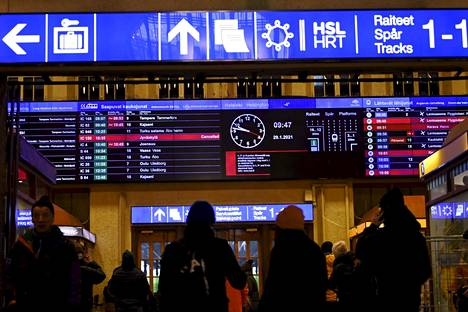 Junaliikennettä ja matkustajia Rautatieasemalla Helsingissä aamulla 29. tammikuuta 2021.