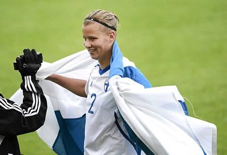 Suomen kapteeni Maija Saari juhli Suomen voitettua Viron 5-0 naisten jalkapallon EM-karsintaottelussa Tallinnassa syyskuussa.
