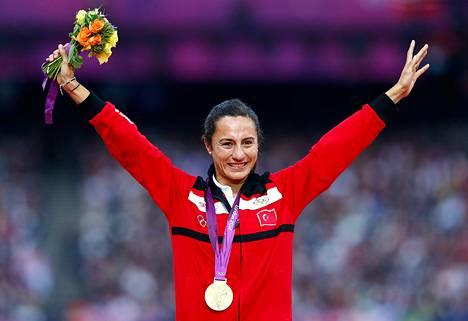 Turkin Asli Cakir Alptekin Lontoon Olympialaisissa voitettuaan naisten 1500 metrin juoksussa kultaa.