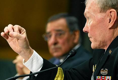 Yhdysvaltain puolustusministeri Leon Panetta (vas.) ja aselajikomentajien neuvoston johtaja, kenraali Martin Dempsey olivat senaatin kuultavina Syyrian tilanteesta.