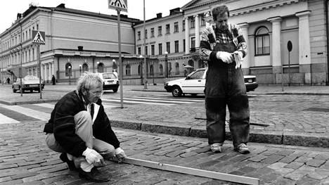 Presidentinlinnan edessä työmiehet valmistautuvat tasoittamaan Pohjoisesplanadin pahimpia töyssyjä ennen vuoden 1990 huippukokousta.